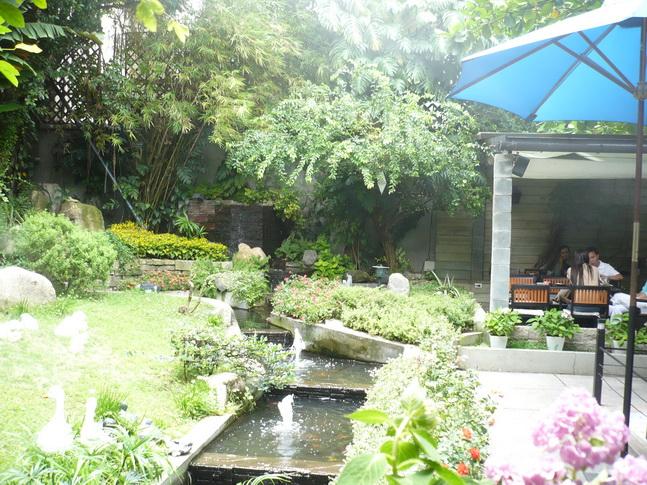 Cà phê sân vườn ở Sài Gòn